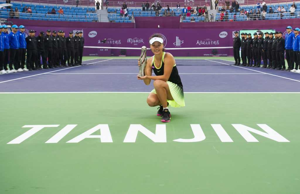 PLAYER Peng Shuai On court Trophy